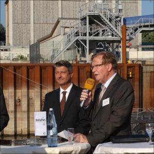 Stadtwerke-Chef Franz Michelbrink übergibt symbolische die neue Kaimauer an Geschäftsführer Andreas Stolte (DeltaPort). Foto: Petra Grünendahl.