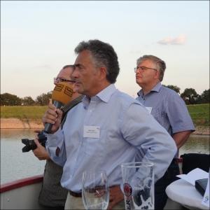 DeltaPort-Prokurist Dieter Thurm (vorne), Joachim Tietz von Hegmann Transit (hinten rechts). Foto: Petra Grünenldahl.