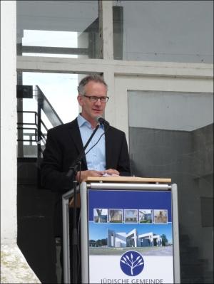 """Andreas Benedict vom Lehmbruck Museum stellte die Ausstellung der """"Israelischen Künstler im deutschen Raum"""" im Ludwigturm vor. Foto: Petra Grünendahl."""