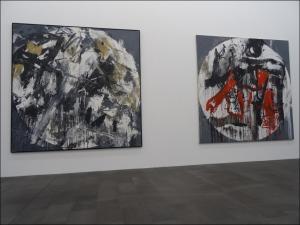 """Großformatige Werke aus den 1980-er Jahren: Emilio Vedovas """"Oltre 6"""" (links) und """"Oltre 7"""" (rechts). Foto: Petra Grünendahl."""