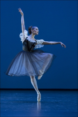 "Ballett am Rhein b.29: Feline van Dijken in George Balanchine ""Mozartiana"". Foto: Gert Weigelt."