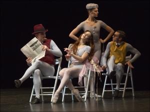 "Ballett am Rhein b.29: Michael Foster, Ann-Kathrin Adam, Feline van Dijken, Brice Asnar in Jerome Robbins ""The Concert"". Foto: Gert Weigelt."