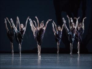 """Ballett am Rhein b.29: Ensemble in Martin Schläpfer """"Konzert für Orchester"""". Foto: Gert Weigelt."""