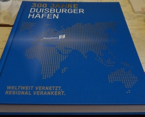 Das Buch zum Duisburger Hafenjubiläum: 300 Jahre Duisburger Hafen - Weltweit vernetzt, regional verankert. Foto: Petra Grünendahl.