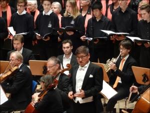 Bass-Bariton Jakob Kim im Kreise des thyssenkrupp-Chores und der Duisburger Sinfonietta: immer iweder gerne gehört. Foto: Petra Grünendahl.