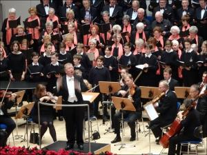 """Peter Stockschläder dirigierte im Schlusspart den """"großen"""" Chor von 1.600 Sängern. Foto: Petra Grünendahl."""