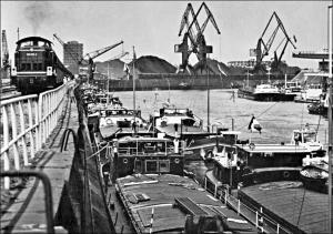 Hafenmund: Erzverladung um 1970. Foto: Duisburger Hafen AG.