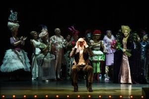 Hat er sie gefunden? Der Graf beobachtet in der Oper die Sängerin Angèle: Bo Skovhus (René Graf von Luxemburg), Juliane Banse (Angèle Didier), Chor. Foto: Hans Jörg Michel.