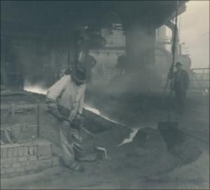 Das Foto zeigt einen Mitarbeiter bei der Probennahme im Hochofenbetrieb der Gewerkschaft Deutscher Kaiser zwischen 1900 und 1918. Die Probenentnahme gibt es auch heute, in wesentlich effizienterer und präziserer Form, immer noch. Foto: tkse.