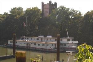Im septeber 2010 lagen sie noch zu Zweit unter dem Hebeturm im ehemaligen Eisenbahnhafen: das Schulschiff RHEIN I (vorne) und das Schulschiff RHEIN II (hinten). Foto: Petra Grünendahl.