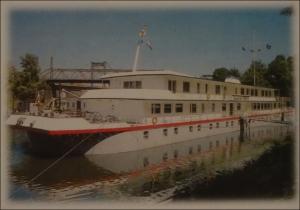 Foto vom Schulschiff RHEIN im Homberger 'Stadthafen, welches seit der Fusion des Arbeitgeberverbandes mit dem Bundesverband der Deutschen Binnenschifffahrt e. V. vom BDB unterhalten und finanziert wird. Foto: Petra Grünendahl.