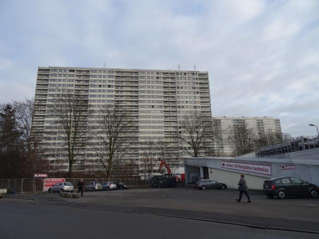 """Er soll als erster der """"Weißen Riesen"""" fallen: der Häuserblock Friedrich-Ebert-Straße 10-16. Foto: Petra Grünendahl."""