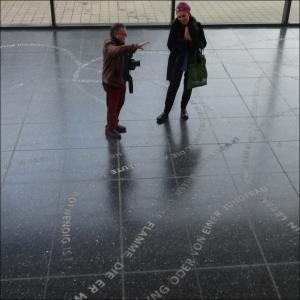 Pressefotograf und Künstlerin: Wie bekomme ich Danica Dakics Missing Sculpture auf ein Foto? Foto: Petra Grünendahl,