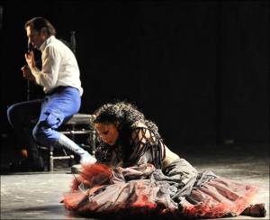 Sergej Khomov als Don José mit Morenike Fadayomi als Carmen. Foto: Hans Jörg Michel.