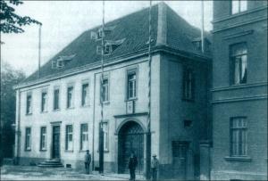 Die 1892 in Ruhrort gegründete Stromschifferschule zog kurz nach der Jahrhundertwende in die Räume des Rathauses an der Dammstraße. Foto: Stadtarchiv Duisburg.