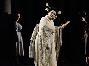 Liana Aleksanyan (Cio-Cio-San), Damen des Chores. Foto: Hans Jörg Michel.